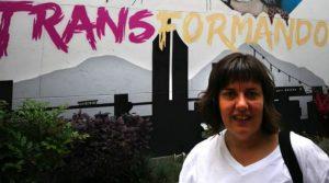 Natalia Aventín, madre de Patrick, junto a un cartel sobre transexualidad del centro LGTBI de Medellín (Colombia). IMAGEN CEDIDA
